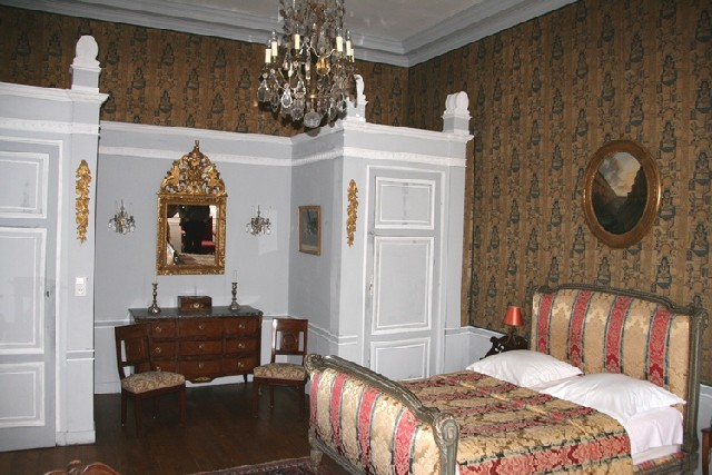 A bedroom and its 18th century decoration